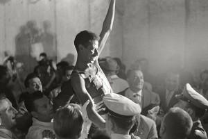Abebe-Bikila-triumphant-005